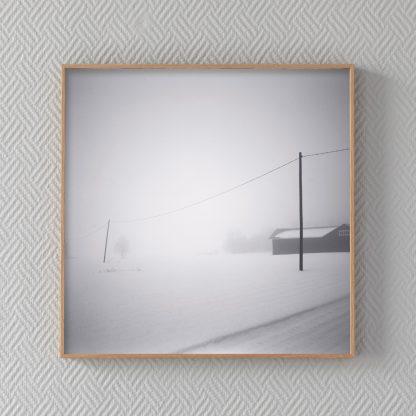 Valokuvavedos Kaksi tolppaa. Sähkötolpat sumuisessa talvimaisemassa.